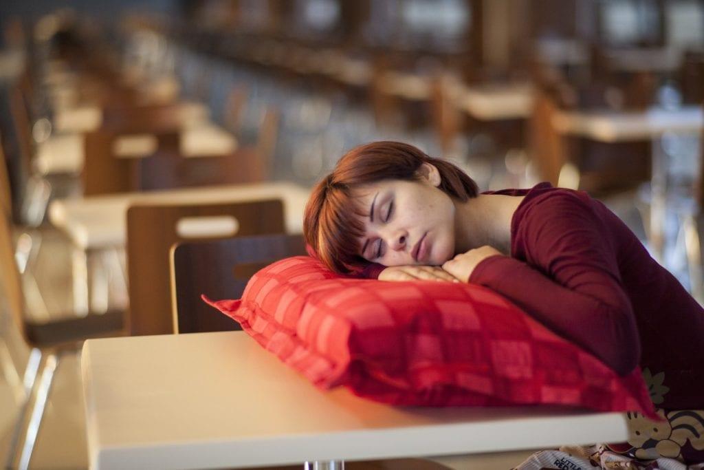 Ungünstige Schlafposition bei Kopfschmerzen