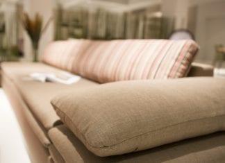 Ein Bild, das drinnen, Sofa, Raum, lebend enthält. Automatisch generierte Beschreibung