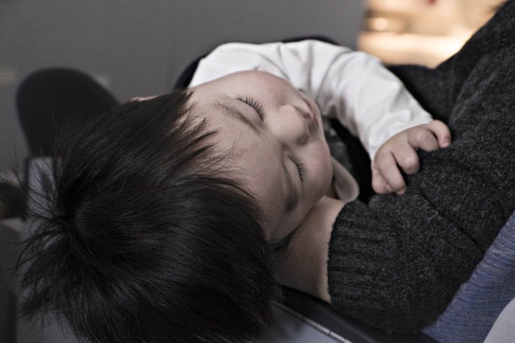 Kind schreckt im Schlaf auf
