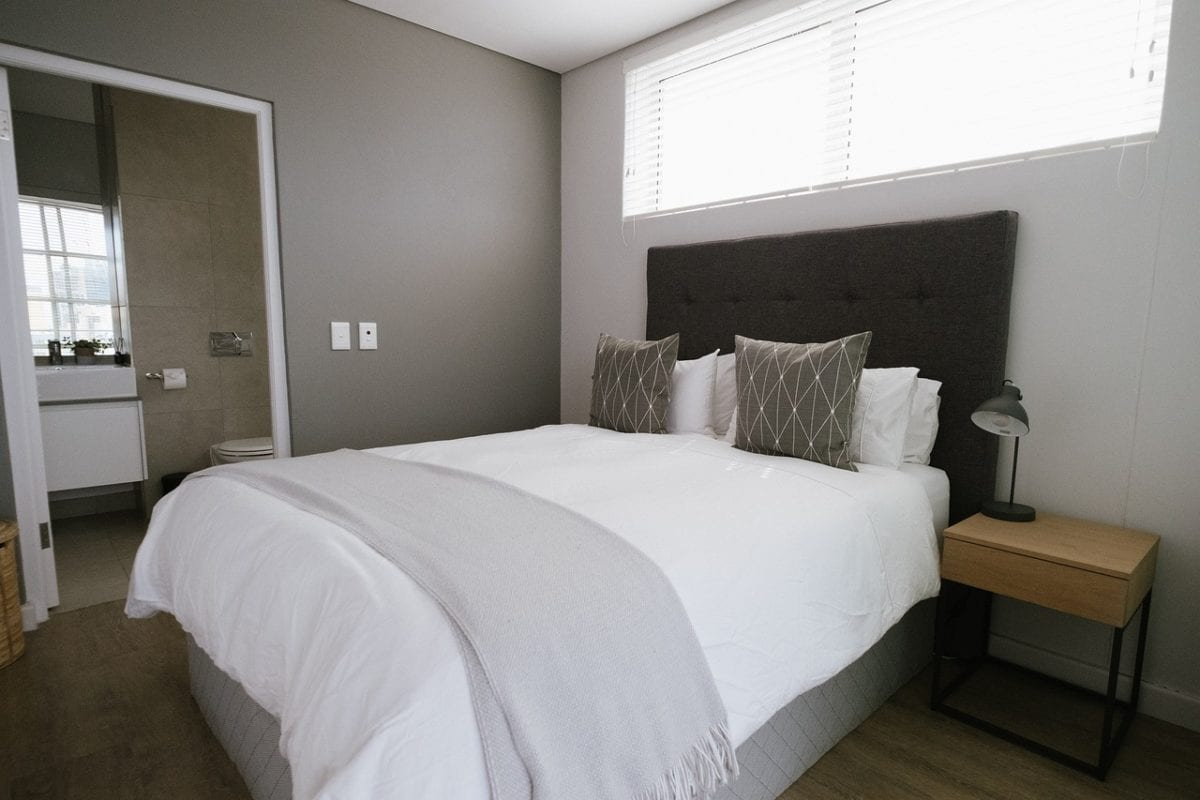 Ein Bild, das Bett, drinnen, Schlafzimmer, Raum enthält.  Automatisch generierte Beschreibung