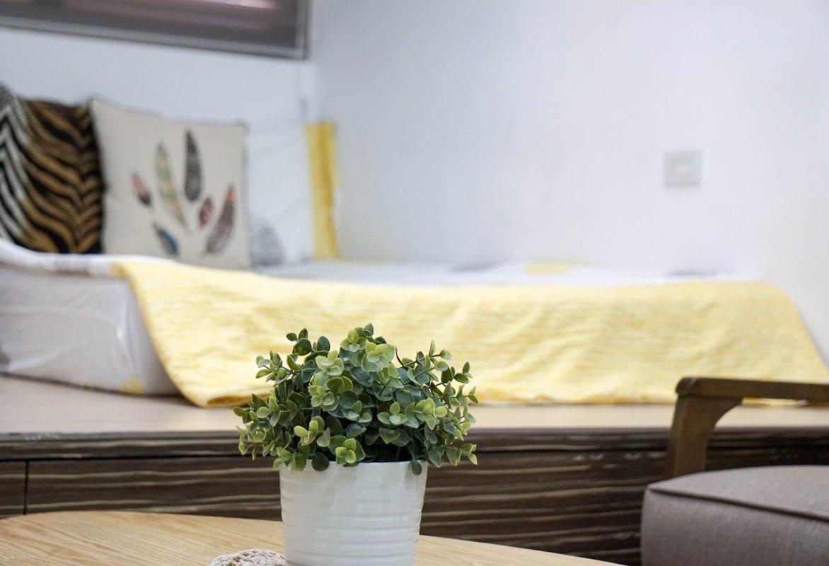 Ein Bild, das drinnen, Tisch, Raum, lebend enthält.  Automatisch generierte Beschreibung