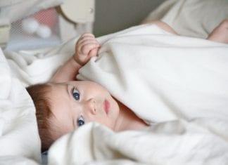 Baby ans eigene Bett gewöhnen