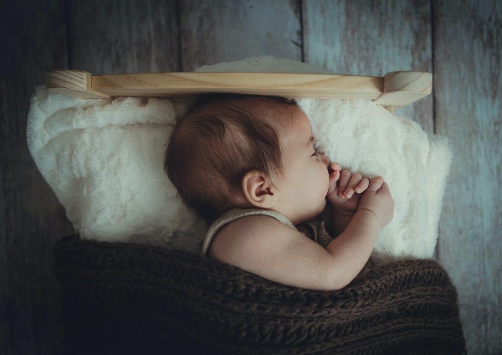 Baby schläft auf Seite