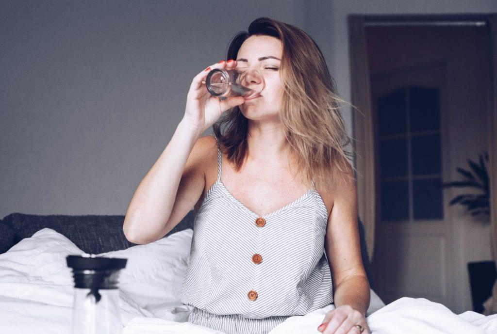 Glas Wasser am Morgen