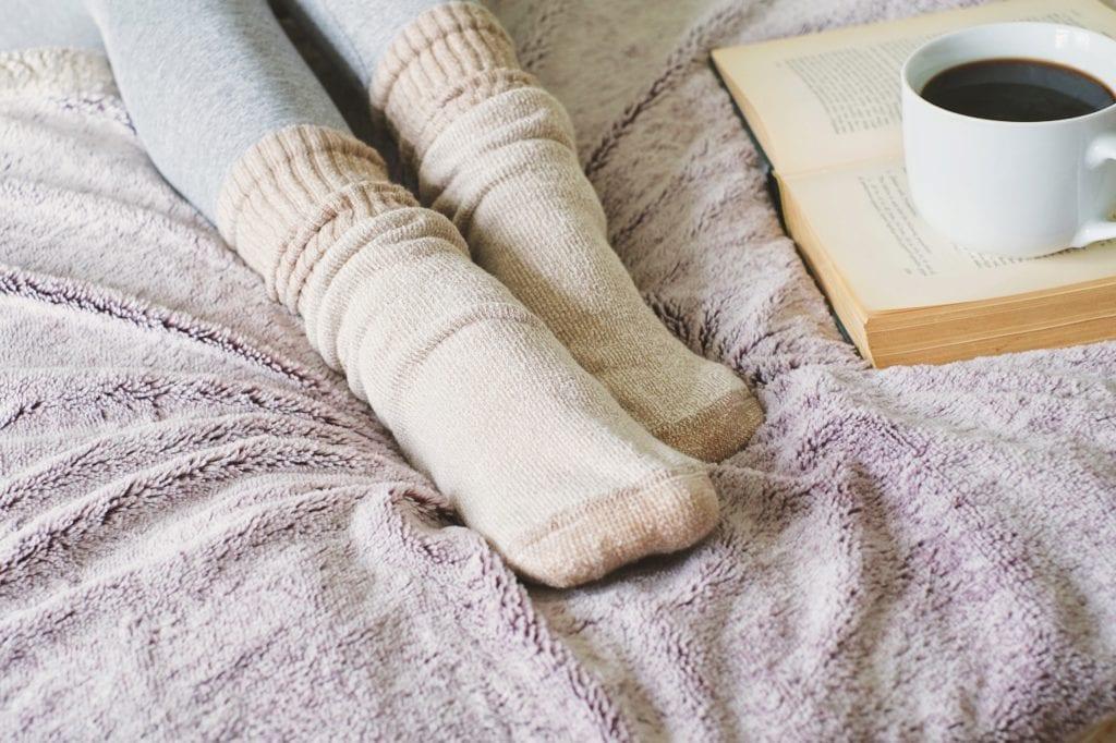 Weite Socken im Bett