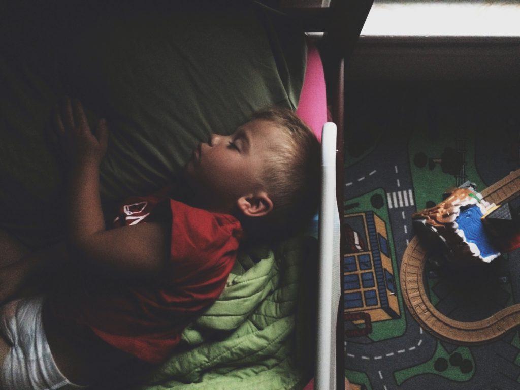 Kind - abgedunkeltes Zimmer