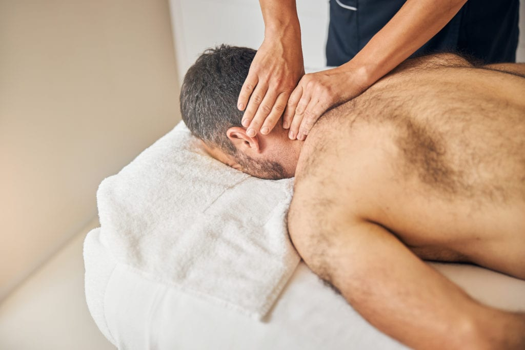 Nackenmassage gegen Kopfschmerzen